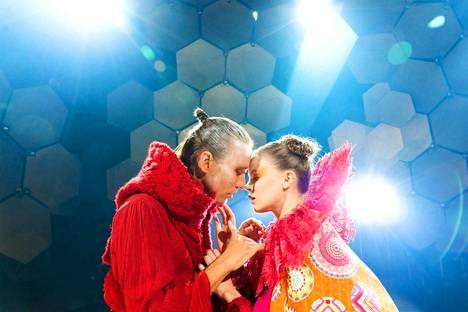 Koskettavatko huulet? Pysyykö turvaväli? Saska Pulkkinen (vas.) ja Inke Koskinen esittävät rakastavaisia Hamletissa.
