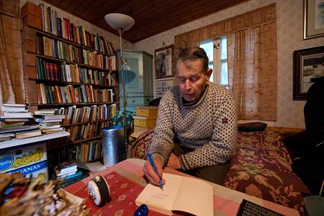 Kalastaja ja kirjailija Pentti Linkola kodissaan marraskuussa 2018.
