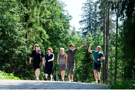Järjestäjiä luonnossa: vapaaehtoinen Outi Kartano (vas.), lääkäri Satu-Liisa Pauniaho, Lastenklinikan Tuen Susanna Lohiniemi sekä Tampere Trail Runningin Raimo Arvola ja Manu Humppi.