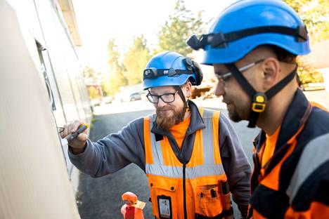 Janne Viitala ja Tommi Haapaniemi vastasivat Sataraudoituksen asennuksesta. – Emme häiritse yrityksen arkea, vaan osaamme sompailla tehtaassa toiminnan häiriintymättä.