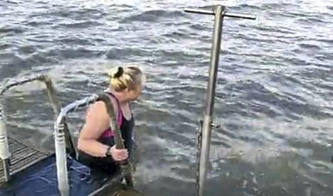 Rannikkoseudun toimittaja Susanna Palm rohkaistui hyiseen mereen Taimon avantouimareiden opastuksella.