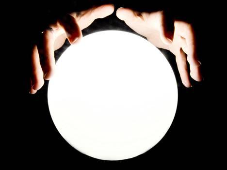 Kirjoittaja on kokeillut ennustamista katsomalla kristallipalloon.