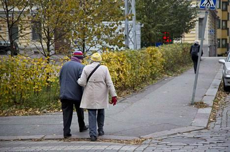 Syy ja seuraus. Elinaikakerroin pienentää eläkkeitä, koska suomalaiset elävät entistä pidempään.
