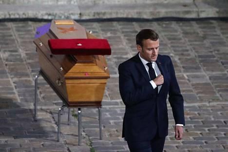 Ranskan presidentti Emmanuel Macron näytti silmin nähden herkistyneeltä, kun hän puhui veitsi-iskussa murhatun opettajan muistotilaisuudessa Sorbonnen yliopistossa Pariisissa.