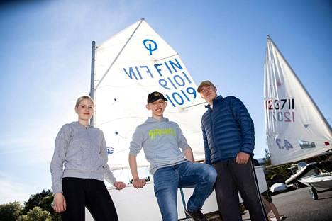 Helga Molander, Martin Laine ja Albert Lipsanen ovat harrastaneet purjehtimista pienestä asti. Nyt he ohjaavat itse nuoria optimistijollaharrastajia.