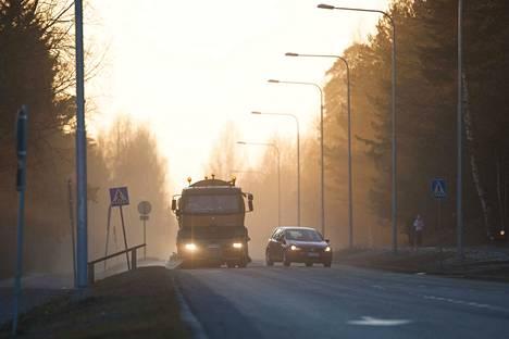 Kuivat kadut ja tiet pölisevät nyt niin, että ilmanlaatu meni Epilässä erittäin huonoksi. Pääväylillä pölyämistä hillitään ajamalla niille katupölyä sitovaa suolaliuosta. Kuva arkistosta.