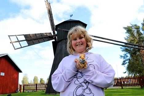 Katariina Varjus toi myös pikkutiikerinsä Nakkilan kotiseutumuseolle.