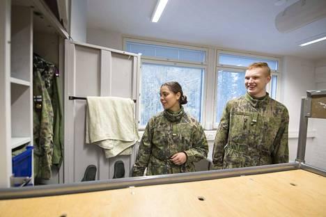 Parolan panssariviestikomppanian aliupseerioppilaat Senja Salonen ja Sami Örri eivät yleensä ole samassa tuvassa. He toivovat, että yhteistupia kokeiltaisiin, jotta tutustuminen omaan joukkueeseen olisi helpompaa ja yhteistyö sujuisi paremmin. Naisten tuvissa on usein sänkyjä tyhjillään, koska miehiä sinne ei voi ottaa.