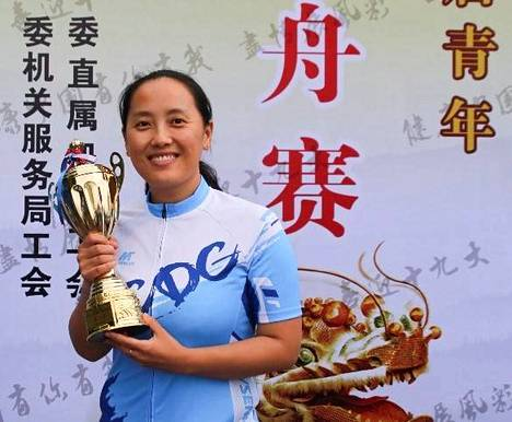 Tämä kuva Wendi Wusta on otettu toukokuussa 2017 Pekingissä, kun hän otti ensimmäisen kerran elämässään osaa joukkuemelontakilpailuun. Kädessä on palkintopysti, sillä Wun joukkue sijoittui tässä runoilija Qu Yuanin kunniaksi järjestettävässä kansanperinnekilpailussa kolmanneksi.