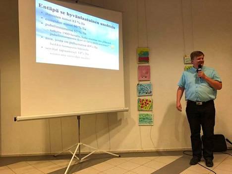 Geriatrian erikoislääkäri Tuomo Lunnikivi käsitteli luennossaan aivoterveyttä ja muistin muutoksia ikääntyessä.