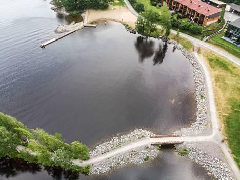 Vaikka syksy tulee, Pirkanmaan järvissä esiintyy sinilevää. Kuvassa on Elianderin uimaranta Tampereella.