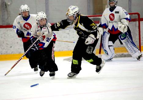 Ringeten SM-kauden odotettiin huipentuvan NoU:n ja Lapinlahden finaalisarjaan. Kuvassa joukkueiden runkosarjan kohtaamisessa NoU:n valkopaidoista Emmi Merelä (takana vas.), Kaisa Viren ja maalivahti Kaisa Katajisto.