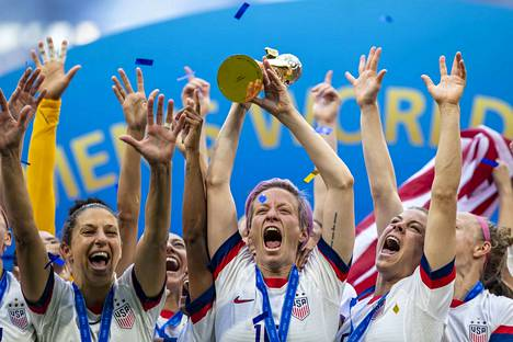 Yhdysvallat juhli naisten jalkapallon MM-kilpailujen voittoa Ranskassa viime kesänä. Loppuottelussa kaatui Alankomaat. Yleisössä oli 57 900 katsojaa. Kuvassa pokaalia nostaa Megan Rapinoe, joka valittiin FIFA:n vuoden parhaaksi naisjalkapalloilijaksi 2019. Rapinoe myös teki loppuottelun avausmaalin rangaistuspotkusta. Yhdysvallat voitti lukemin 2–0.