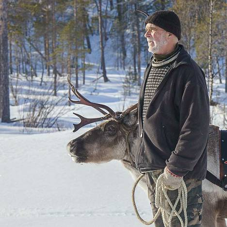 Seppo Saraspää työskenteli Helsingissä ja Kemijärvellä rikos- ja eräpoliisina, kunnes 30 vuotta sitten rakensi mökin Inariin ja alkoi kirjoittaa kirjoja.