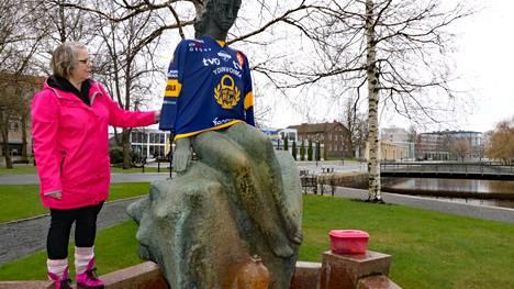 Pia Ala-Äijälä vaatetti Rauman kaupunkikeskustan patsaita ajankohtaisiin peliasuihin. Kanali Helm sai ylleen Lukon kapteenin Heikki Liedeksen nimeä ja numeroa kantavan paidan.