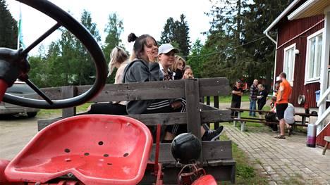 Nuoret kyyditettiin läheiseen Maamiehen museoon traktorilla. Se oli yksi tiistain kohokohdista Jenny Kamskin (vas.), Saimi Seppäsen ja Sofia Seleniuksen mielestä.