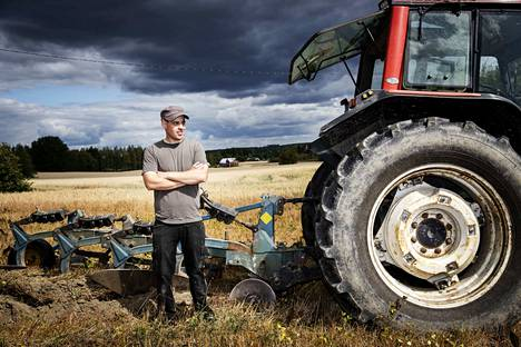 –Tälle lohkolle ei ole koko kesänä osunut isompia sateita tai ukkoskuuroja. Se tarkoittaa, että pellolle annetut ravinteet ovat jääneet maahan. Ilman vettä kaura ei niitä itselleen saa, sanoo Ville Koivuniemi.
