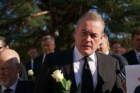 Arto Nyberg on yksi noin 200 hautajaisvieraasta.