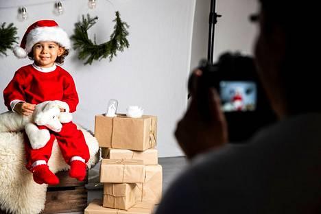 Valokuvaajana Kotilan joulukuvauksissa oli Dilan Rauhala. Kian Suominen on tonttuasussa. Kuvauksissa soi nauru ja tunnelma oli rauhallinen.