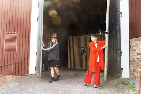 Eero Pulkkinen ja Erika Hirsimäki järjestivät näyttelyn ja konserttisarjan Ahlströmin vanhaan kivinavettaan Kauttuan Ruukinpuistossa.