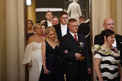 Huru juhlii Linnassa naisystävänsä Etta Peltolan kanssa, jonka kanssa seurustelusuhde alkoi viime keväänä europarlamenttivaalien aikaan.