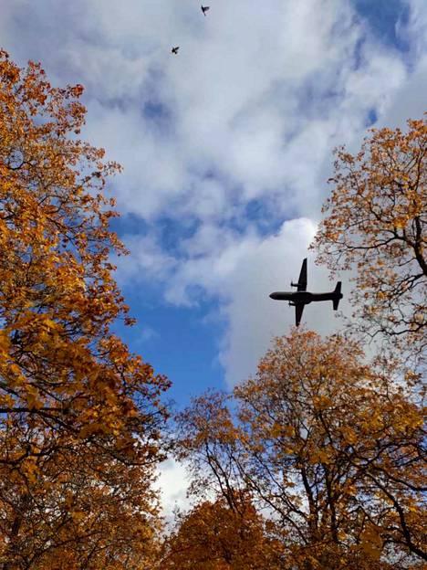 Puolustusvoimien harjoitus näkyy myös Porin taivaalla.