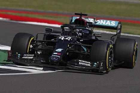 Mersujen ylivoima jatkui Britannian aika-ajoissa. Lewis Hamilton otti paalupaikan.