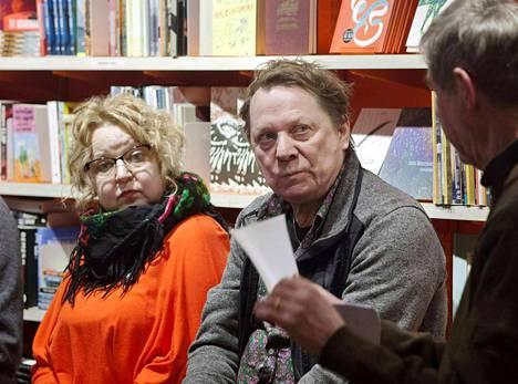 Runoraadissa vakituiseen runoja arvioivat kirjailija Niina Hakalahti (vas.) ja muusikko Heikki Salo.