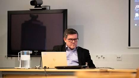 Pirkanmaan pandemiaohjausryhmä kokoontui poikkeuksellisesti viikonloppuna ja päätti tiukennetuista koronarajoituksista, jotka astuvat voimaan 2. joulukuuta. Kuvassa ryhmän puheenjohtaja, johtajaylilääkäri Juhani Sand.