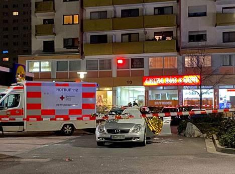 Ambulanssit ja poliisi saapuivat nopeasti rikospaikalle Saksan Hanaussa. Ampujan kohteena oli myös toinen vesipiippubaari.