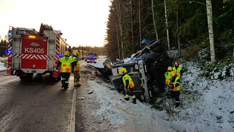 Kuorma-auto vaurioitui onnettomuudessa pahoin.