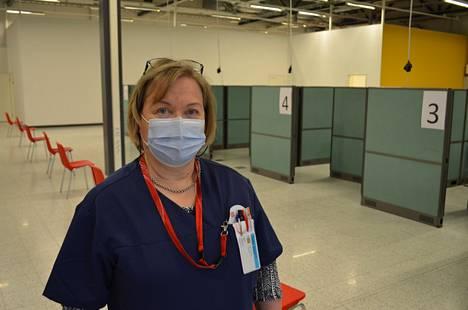 Kun isänmaa kutsui, eläkkeellä oleva hoitaja Päivi Mäkinen ilmoittautui vapaaehtoiseksi rokottajaksi. – Terveyttä riittää ja pystyn vielä tekemään töitä.