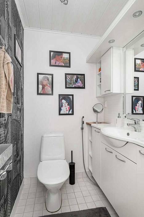 Siskojen valokuvat koristavat vessan seinää.