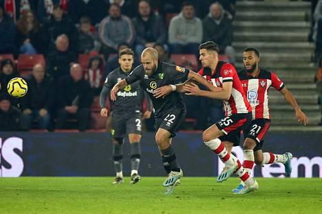 Teemu Pukki hyökkää Sheffield Unitedin kimppuun.