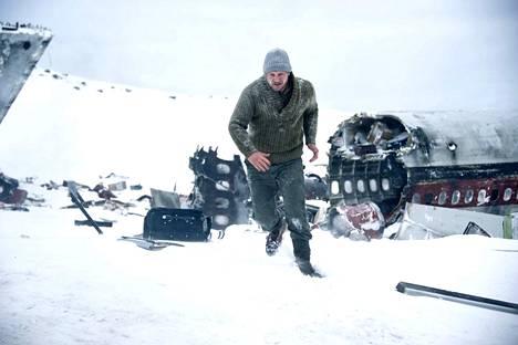 Liam Neeson on toiminnallisessa trillerissä metsästäjä, joka joutuu tulikokeeseen, kun öljynporaajia kuljettava lentokone tekee pakkolaskun lumikenttien keskelle. Vastassa ovat pakkanen ja susilaumat.