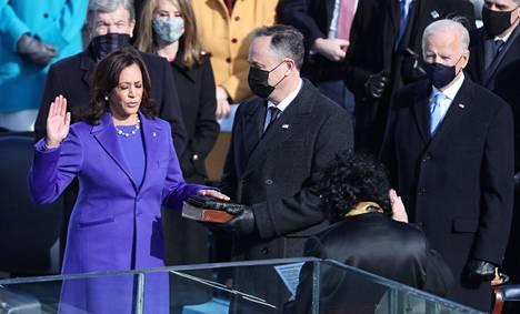 Kamala Harris vannoi virkavalansa.