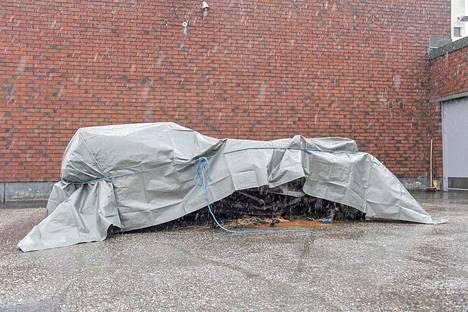 Romuttunut ja palanut kolariauto tuotiin tutkittavaksi. Kolme nuorta miestä menehtyi autoon Raumalla ulosajon jälkeen.