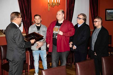Juhlavan tilaisuudeen päätteeksi kuultiin Tampere II livenä. Sitten nautittiin vielä kahvit.