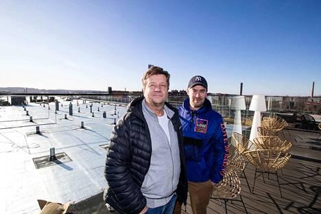 Periscopen yrittäjät Topi Sydänmaa ja Arto Rastas seisovat entisen kattoterassin laidalla. Miesten takana avautuu terassin laajennusosa, jonka työt jatkuvat taas ensi viikolla.
