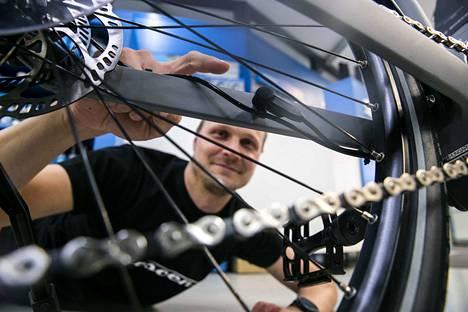 Suomen Urheilupyörän myyjä Pasi Pelttari esittelee sähköpyörästä pientä osaa, jota vaihtamalla ihmiset virittävät sähköpyöriään kulkemaan puolet nopeampaa kuin kuuluisi.