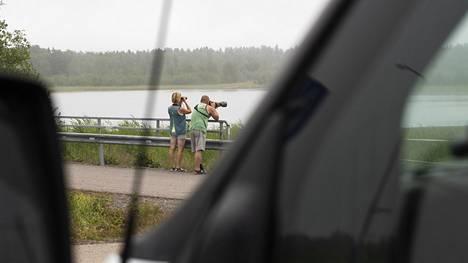 Kiikoislaiset Esko ja Mari Antila matkaavat lintujen tai Elonkerjuu-yhtyeen keikkojen perässä. Mäntyluodossa tien varteen pysäyttivät meriharakat, punajalkaviklo ja yksi tylli.
