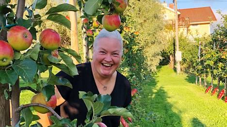 Omenapuunviljelijä Anna Almin mukaan lämpimään sään ansiosta sato valmistui ajoissa ja oli runsas.