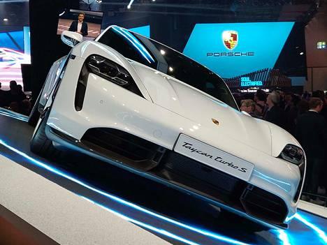 Porsche Taycan eko pesee niiden omaatuntoa, jotka eivät halua tinkiä autoilussa mistään. Sähköllä voi ajaa jopa 260 kilometrin tuntivauhtia, ja energiaa riittää enimmillään 450 kilometrille. Taycanista on Norjassa yli 3000 ennakkovarausta, Suomessakin toistasataa.