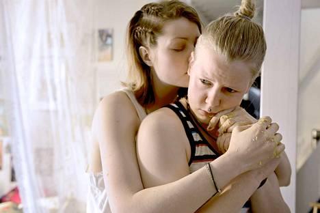 Marion (Ida Kuningas, oik.) haluaa mennä naimisiin Julian (Niina Koponen) kanssa, mutta kokee saavansa merkin Jumalalta luopua suhteestaan.