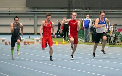 Tampereen Pyrinnön Joel Turkka (toinen vas.) tikkasi miesten 60 metrin voittajaksi Pirkkahallissa ajalla 7,06.