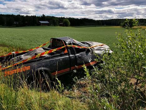 Kuvassa torstaina Pohjois-Tampereella sattuneen liikenneonnettomuuden auto. Onnettomuudessa kuljettaja ajoi auton ulos tieltä, jonka jälkeen auto pyörähti katon kautta ympäri. Kyydissä olleet loukkaantuivat lievästi.