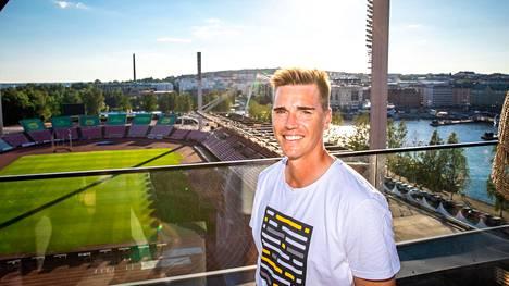 Mika Hilander on tottunut pysäyttämään palloja Ratinan stadionilla tamperelaisjoukkueiden paidoissa. Maanantaina on toisin.