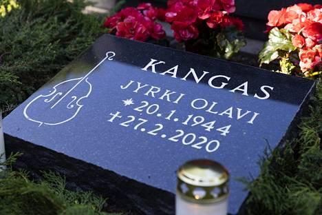 – Kun suunnittelin tätä muistokiveä Jyrkille, niin halusin ilman muuta, että normaalin ristin paikalle tulee basso, Reiska Laine kertoi.