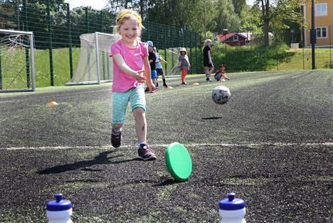 Leiriviikkoa viettävä Elena lähti ottamaan kiinni kentän laidalle pyörivää frisbeetä.