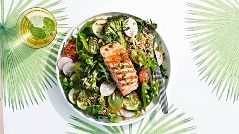 Salaattipohjaan kannattaa yhdistää monenlaisia vihreitä salaatteja.